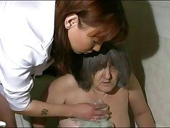 Nurse takes granny be advisable for say no to bath